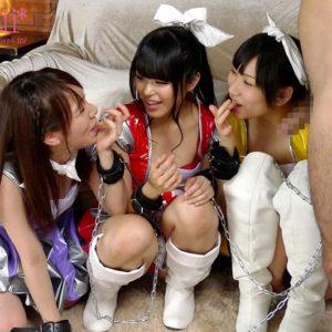 悪の組織の戦闘員を捕まえた痴女ヒロイン3姉妹が小悪魔のように弄びながらフェラでザーメンを搾り取っていく・・・ 無料動画
