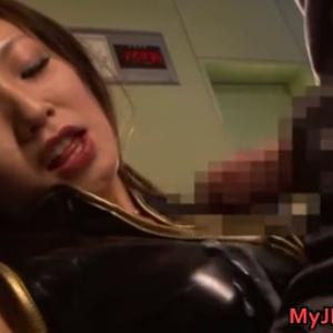 装置によって淫乱化したダークナースが男のザーメンを手で搾り取っていく・・・