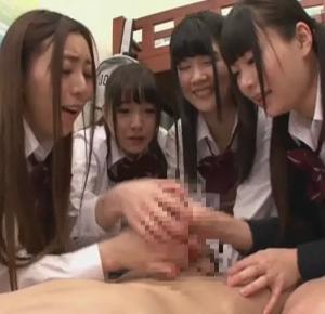 女子寮にやって来た主人公を興味津々に弄び、搾精していく女子校生たち・・・